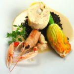 Médaillon de poulet fermier farci, fleur de courgette, mousseline et sauce langoustine